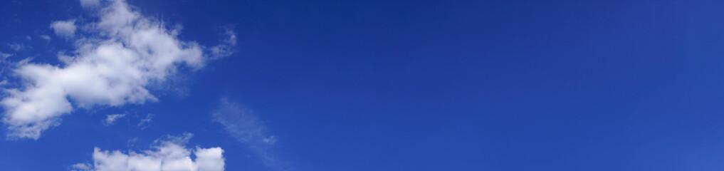 Blauer Himmel Panorama Hintergrund mit weißen Wolken