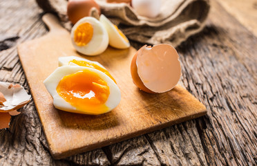 Tuinposter Gebakken Eieren Close-up boiled or raw chicken eggs on wooden board