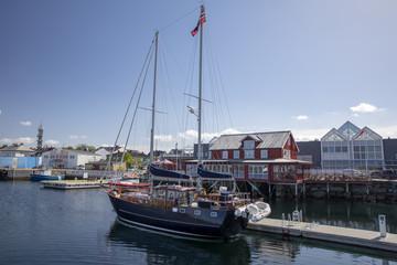 14/5000 Sailboat in harbor