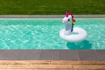 piscine licorne gonflable terrasse en bois et pelouse