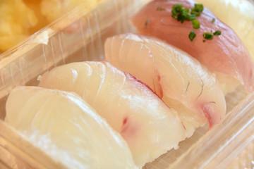 パック詰め白身魚の寿司