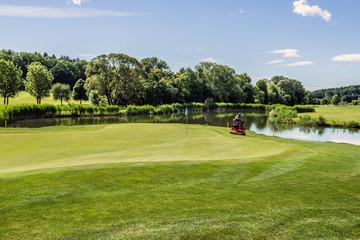 Golfplatz mit Bügelmaschine am Green