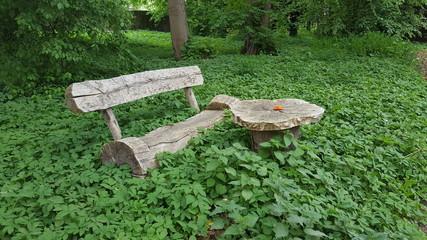alte Holzbank mit Holztisch im Grünen
