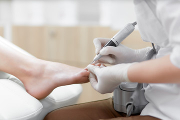 Photo sur Plexiglas Pedicure Doctor in gloves making procedure for foot with special equipment.