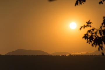 luz de sol al horizonte amanecer o atardecer cielo cálido