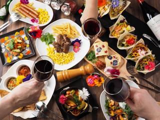 ワインで乾杯するパーティーイメージ