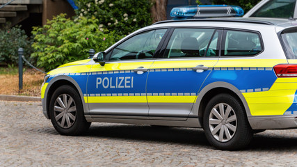 """Deutsches Polizeiauto auf der Straße, Polizei ist das deutsche Wort für """"Police"""". Deutschland"""
