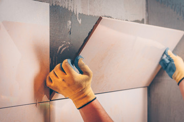 The working tile glues on the wall tiles of large format premium class, the technology of...