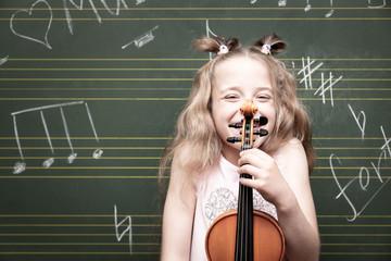 Mädchen mit Violine, lächelnd