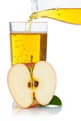 Apfelsaft einschenken eingießen eingiessen Apfel Saft Äpfel Fruchtsaft Hochformat freigestellt Freisteller
