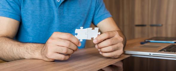 ジグソーパズルを持つ男性