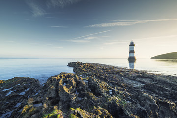 Foto auf AluDibond Leuchtturm Penmon Lighthouse in Morning Light