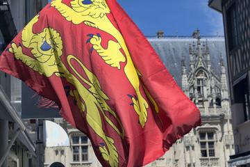 Drapeau de Normandie et palais de justice de Rouen en arrière plan