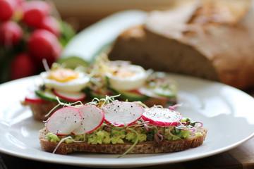 gesunde Sprossen auf Brot in der Küche