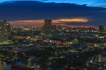 Aufnahme von Bangkok mit Chao Phraya Fluss aus Vogelperspektive fotografiert Abends zur blauen Stunde bei leichter Bewölkung im September 2016
