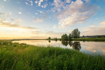 летний вечерний пейзаж на Уральской реке с соснами на берегу, Россия, июнь