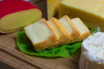 Aufgeschnittener Camembert auf einer Käseplatte