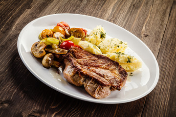 Grilled steak with mashed potatoes and vegetables