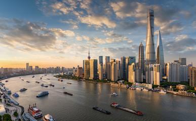 Spoed Fotobehang Aziatische Plekken Blick auf die modernen Wolkenkratzer der Skyline von Shanghai bei Sonnenuntergang, China