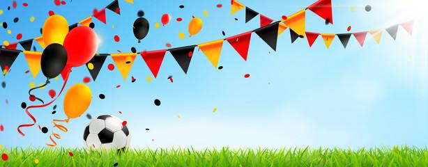 Deutschland Trikolore Girlanden, Luftballons, Konfetti und Fußball Wiese Kulisse