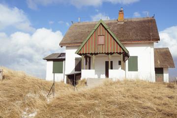 Traditionelle Reetdachhäuser am Strand