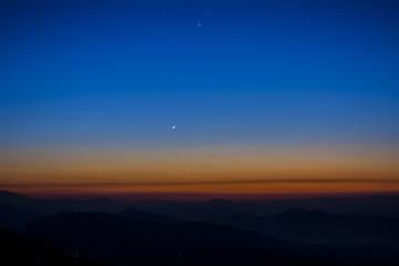amanecer azul en el himalaya