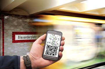 Alla stazione della metro di Alexanderplaz a Berlino con le indicazioni dello smartphone