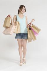 ショッピングを楽しむ若い女性