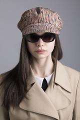 Modella con cappello e occhiali da sole