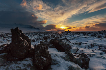 una valle con cumuli di lava piovuti durante una vecchia eruzione al tramonto Islanda Europa