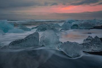La laguna di Jokulsarlon, blocchi di ghiaccio frammentati dalle onde chiamata anche spiaggia di diamanti Islanda Europa