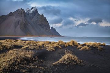 vesturhorn mountain spettacolare monte islandese affacciato su dune  di sabbia nera illuminato dalle prime luci dell'alba Islanda Europa