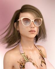 Attraktive Frau mit Sonnenbrille und wehenden Haaren