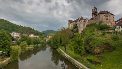 Schloss Loket an der Eger. Romantisches Schloss mit bunten Häusern. Ritterburg in Tschechien