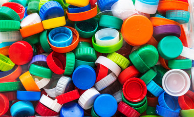 Tampinhas de plástico coloridas para reciclagem