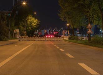 Vollsperrung einer Strasse in der Nacht