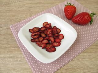 Frische und selbst getrocknete Erdbeeren