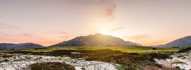 Malerische Hügellandschaft bei Sonnenaufgang,