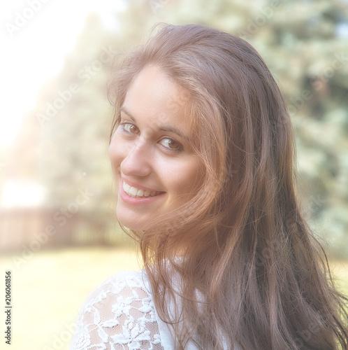 5042fc1ee616 ragazza sorridente che passeggia nel parco