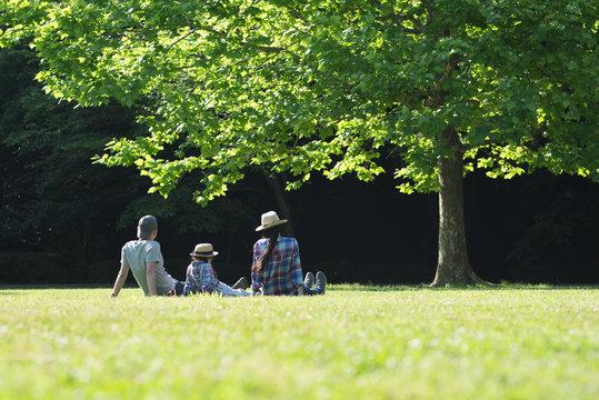 芝生で遊ぶ3人家族