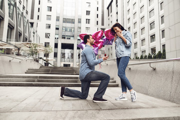 Guy makes marriage proposal to girlfriend.