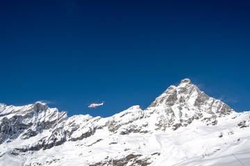 モンテ・チェルヴィーノ(イタリア側から見たマッターホルン)とヘリコプター プラン・メゾンより(3月、イタリア ヴァッレ・ダオスタ州)