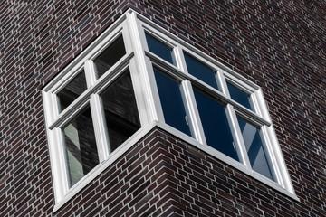 Eckfenster an einem Backsteinhaus