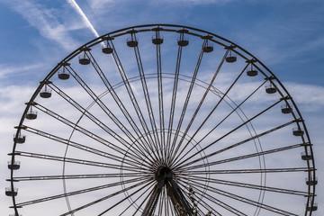 Riesenrad vor blauem Himmel