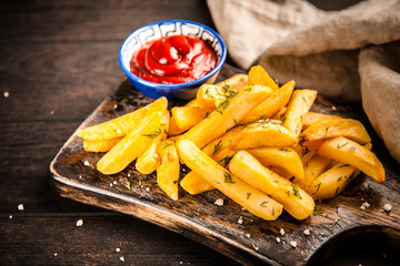 Fotoväggar - French fries on wooden table