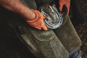Obraz Kowal przymierza podkowę  - fototapety do salonu