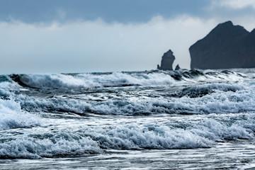 荒波が押し寄せつ嵐の日の海岸 / 北海道 室蘭市