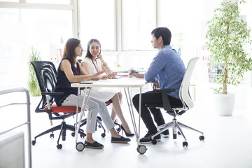 三人の若い会社員たちはミーティングしている