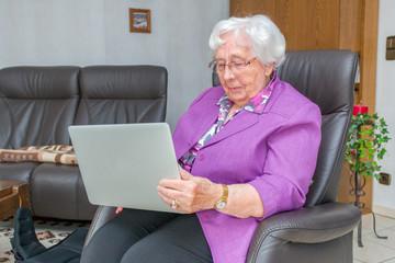 Ältere Frau benutzt einen Laptop