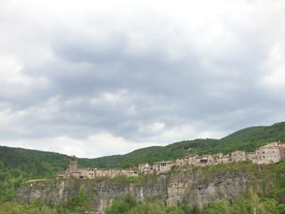 Castellfollit de la Roca, pueblo español de la comarca de La Garrotxa, en la provincia de Girona, dentro de la comunidad autónoma de Cataluña en España